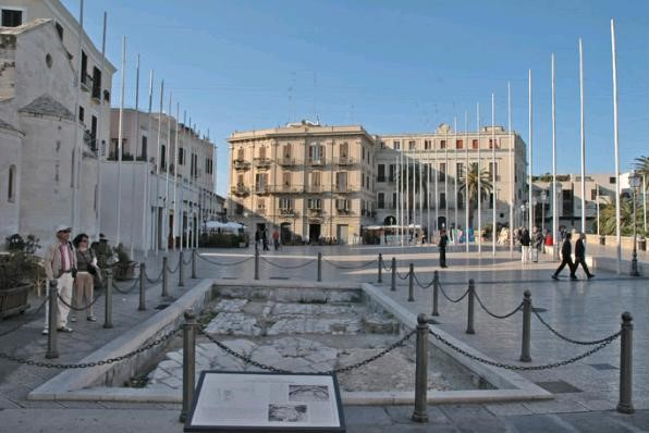 Piazza del Ferrarese, Bari Vecchia, near our Puglia villas and hotels
