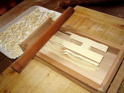 Making pasta alla chitarra on your holidays in Abruzzo