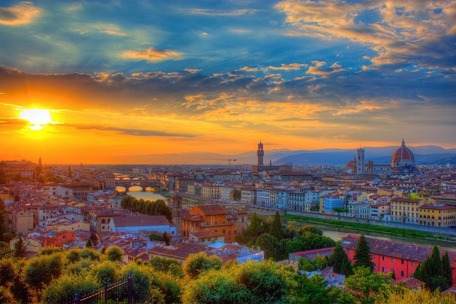 Sunset over the piazza in Florence to visit on your Italian holidays.