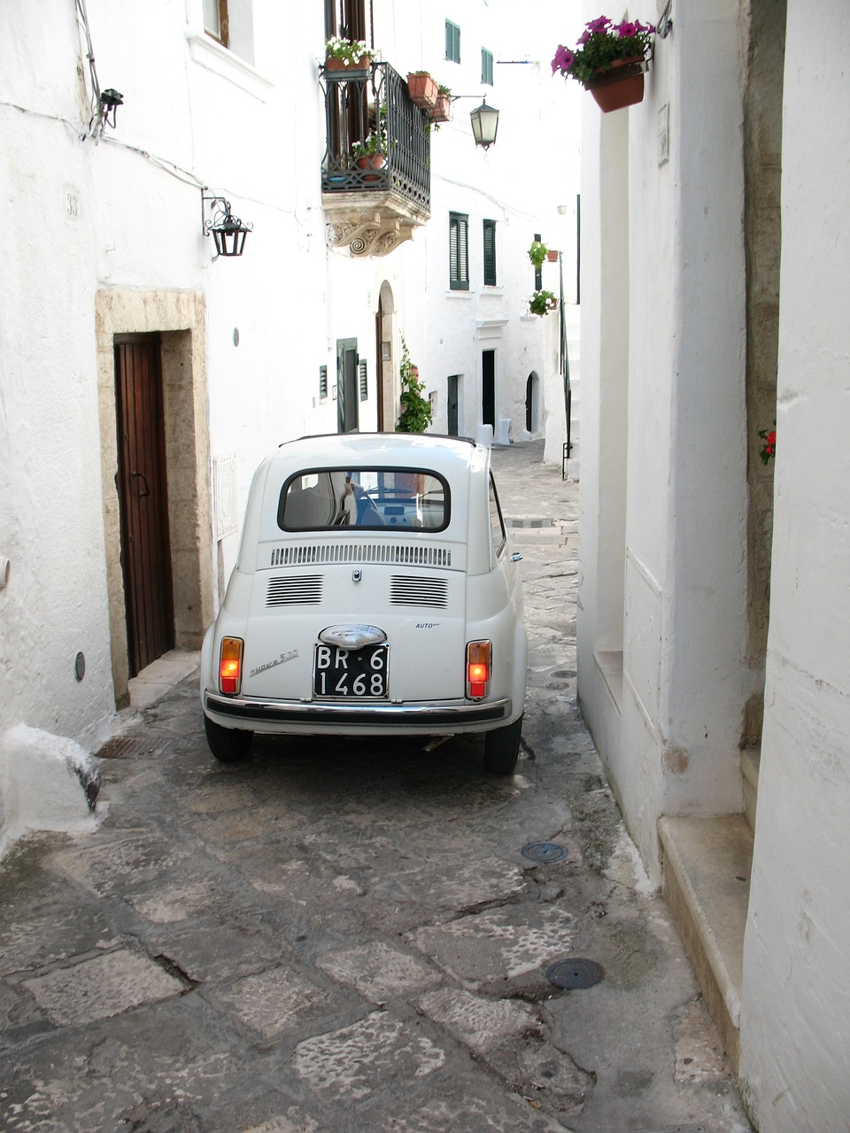 fiat 500 in the white city, italy